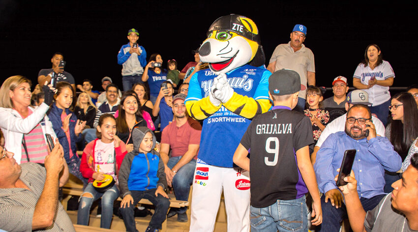 Aficionados disfrutan  fiesta beisbolera